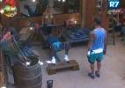 No celeiro, peões passam a manhã fazendo malhação - Reprodução/Record
