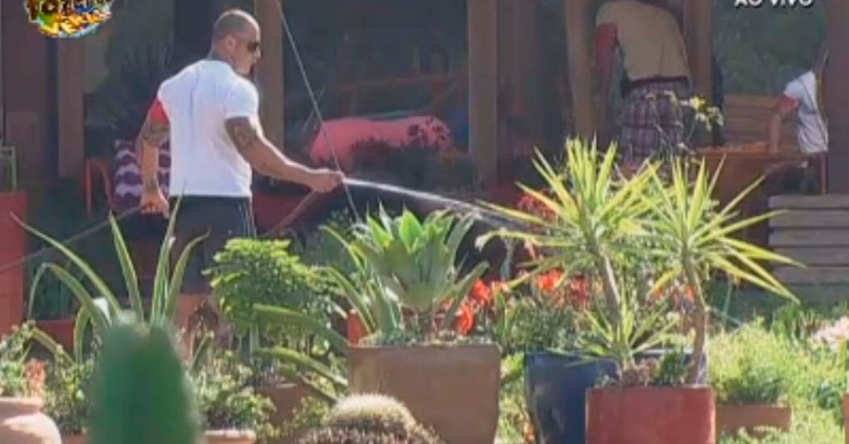 Rodrigo trabalha no jardim