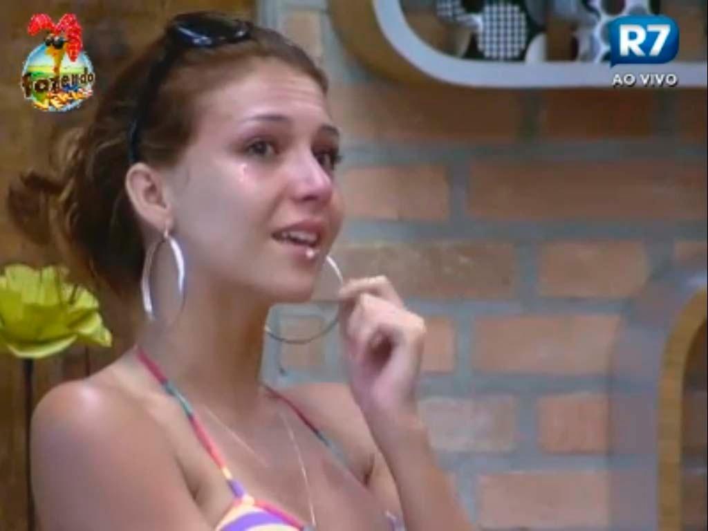 Claudia chora na cozinha