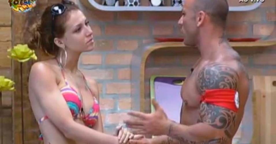 Claudia e Rodrigo conversam na cozinha