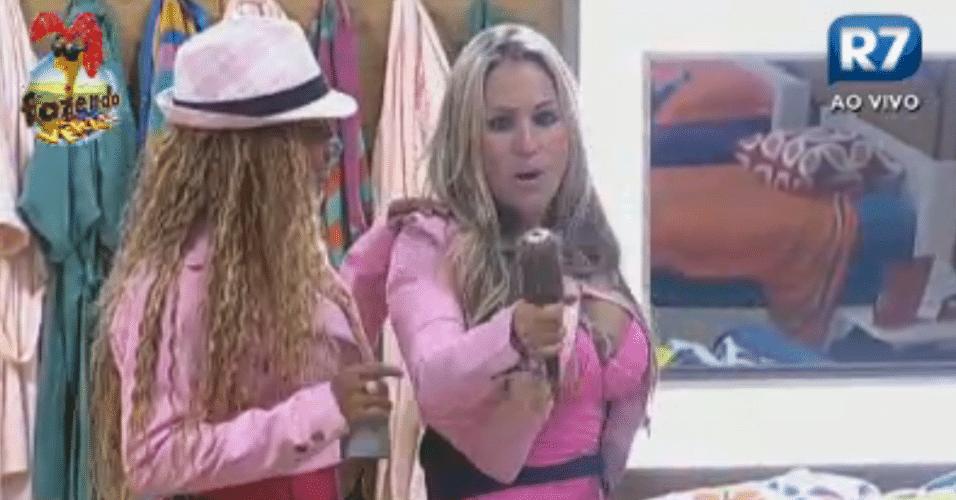 Karine e Ísis brincam que são uma dupla de cantoras no quarto