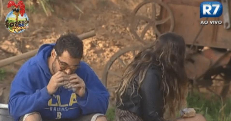 Leandro Kloppel e Angelis Borges tomam o café em silêncio