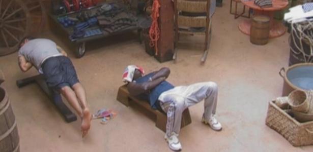 Peões cochilam sobre os aparelhos de ginástica no celeiro