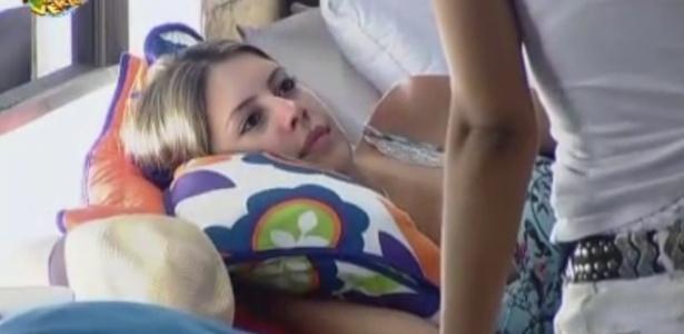 Bianca conversa com Nuelle no quarto da sede da