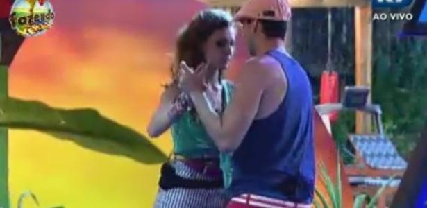 Claudia, que disputa a Roça com Bianca, dança com Rodrigo Carril