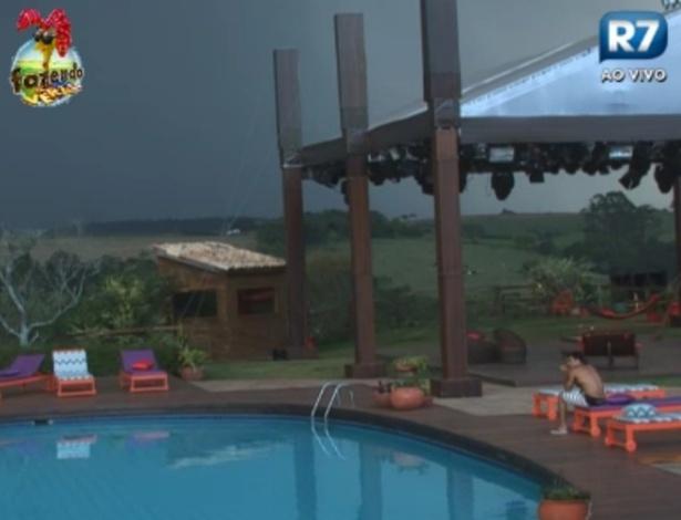 """Dan ouve trovões e espera chuva na """"Fazenda de Verão"""""""