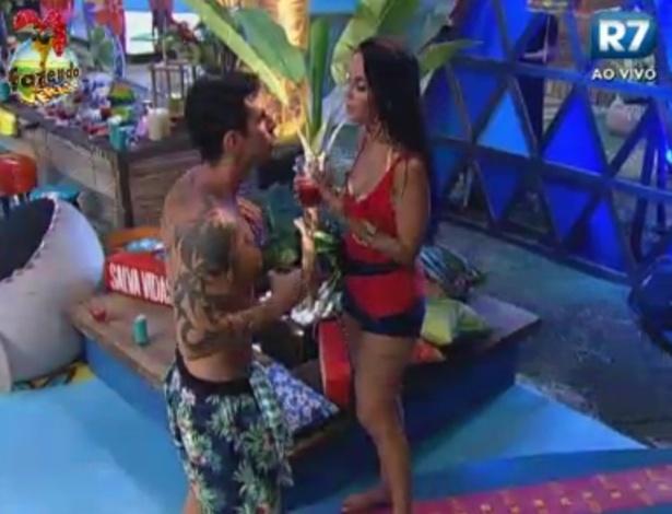 Flavia diz a Thyago que não sabe se quer ficar com alguém na casa