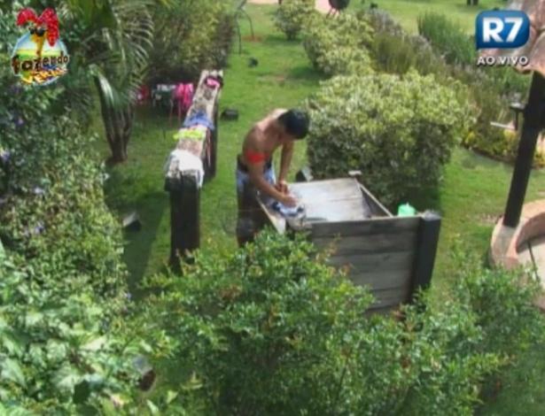 """Halan lava roupas no tanque da """"Fazenda de Verão"""""""