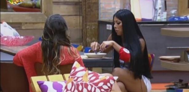 Natalia explica para a novata Angelis as regras do jogo