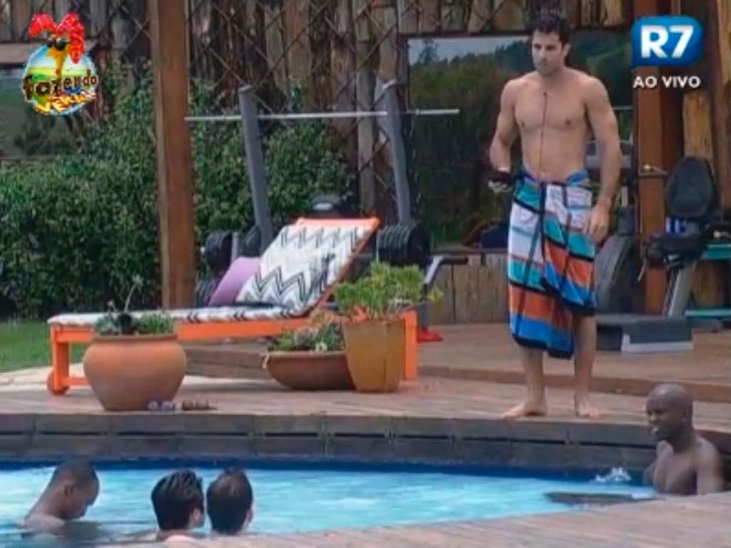 Dan conversa com peões na piscina
