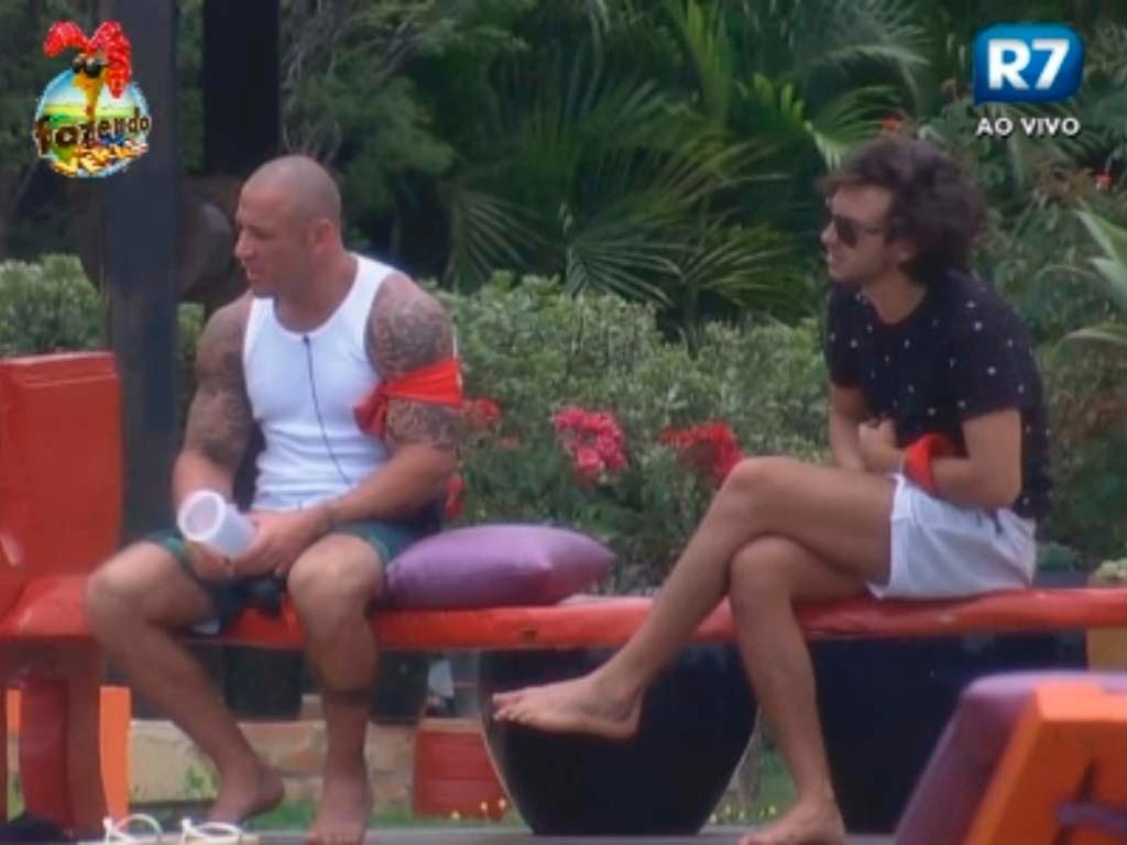 Haysam e Rodrigo à beira da piscina