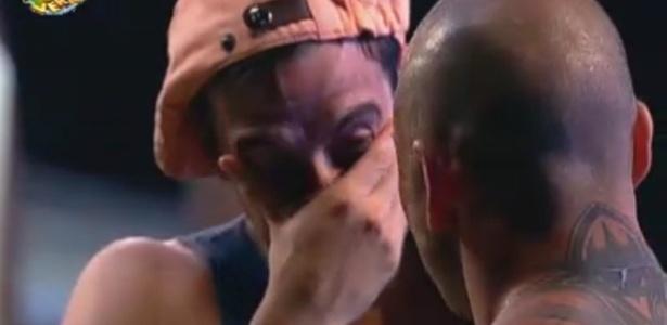 Rodrigo Carril chora durante a primeira festa na