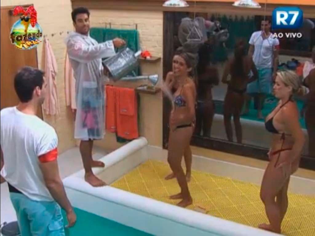 Dan ajuda peoas a tomarem banho