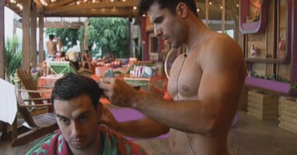 Dan Wainer corta o cabelo do peão Rodrigo Carril