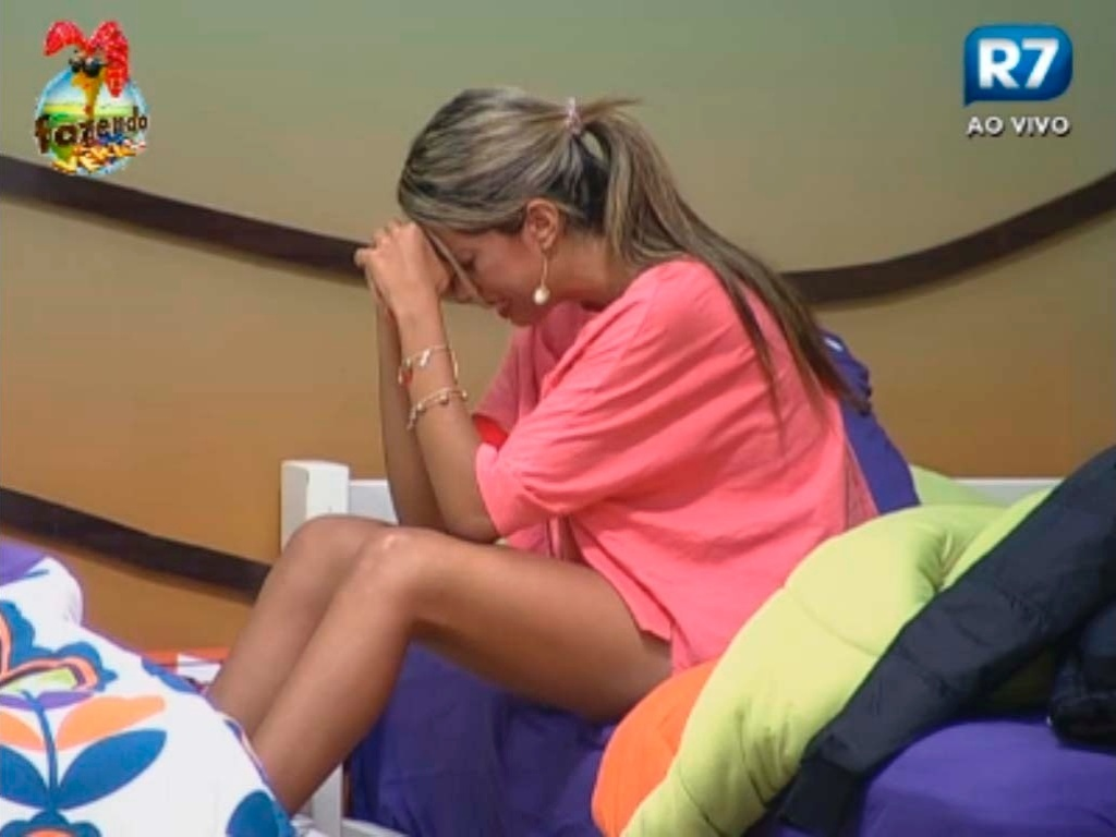 Gabriela chora após conversar com Angelis
