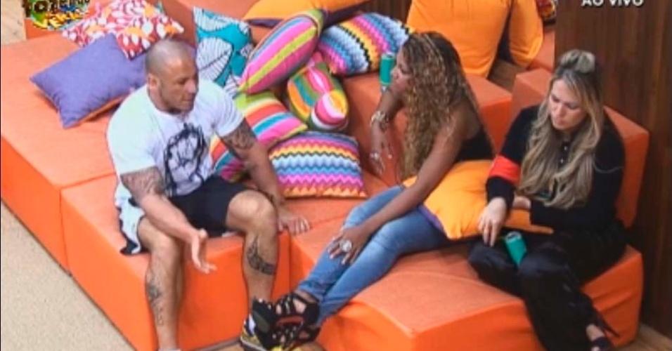 Karine conversa com Rodrigo Simões