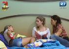 Gabriela conta para Bianca e Nuelle sobre sua conversa com Angelis - Reprodução/Record