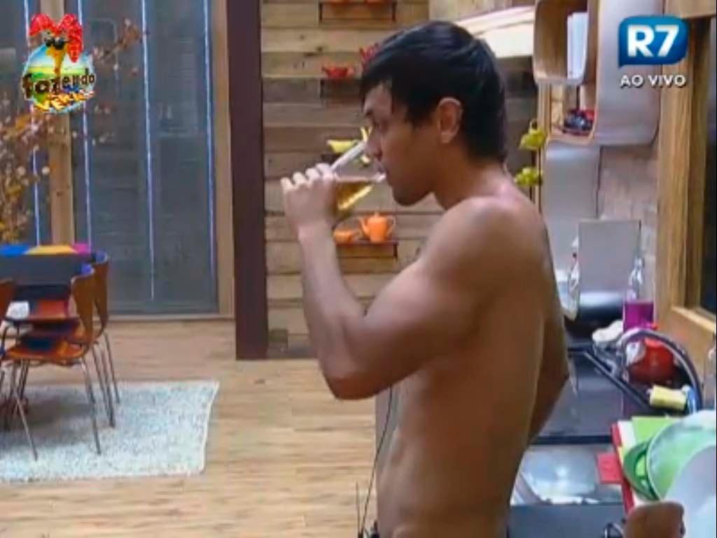 Halan conversa com Gabriela na cozinha