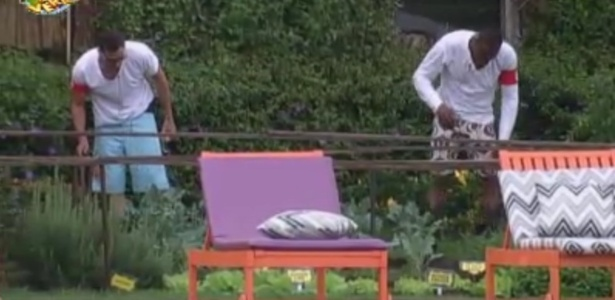 Rodrigo Carril e Sacramento cuidam da horta pela primeira vez