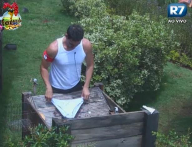 Rodrigo Carril lava cuecas no tanque
