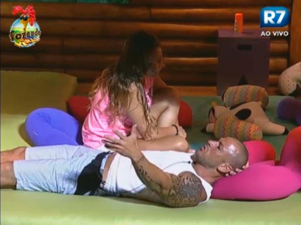Rodrigo desabafa e chora para Angelis