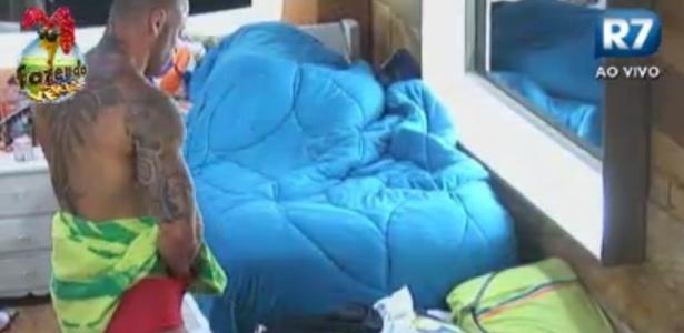 Rodrigo Simões usa toalha para trocar de roupa