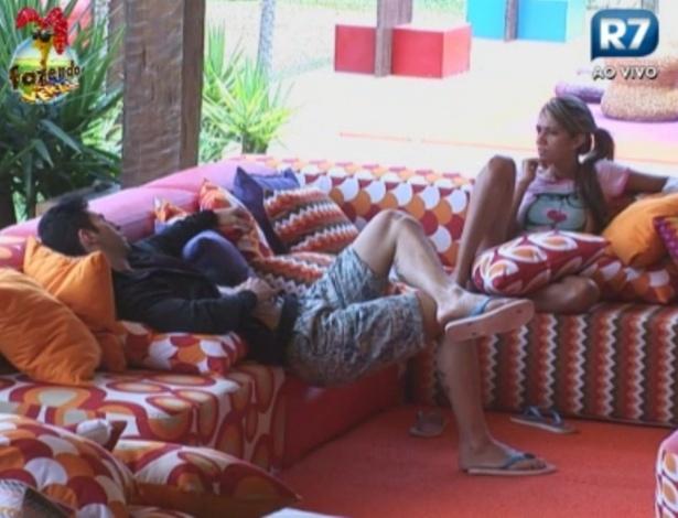 Thyago e Gabriela conversam sobre roça