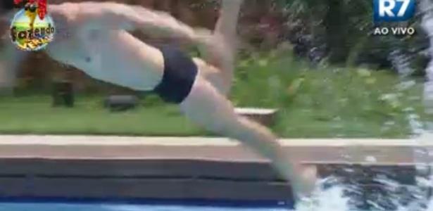 Thyago salta na piscina