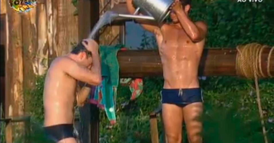 Victor ajuda Rodrigo Carril a tomar banho