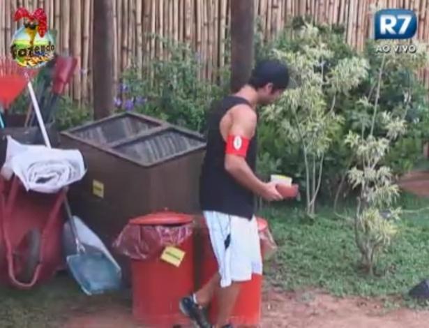 VIctor é responsável pelo lixo em seu primeiro dia de tarefas