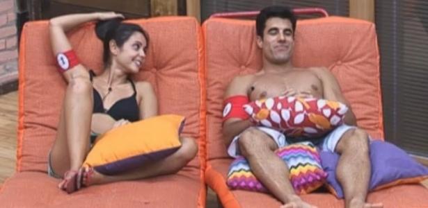 Flavia e Dan conversam depois do almoço