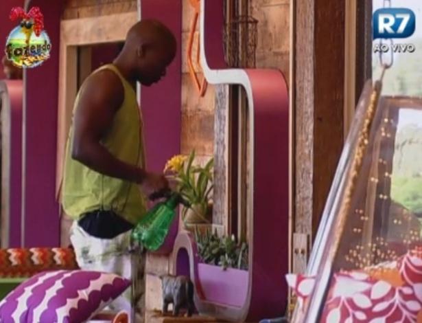 Raphael rega plantas na varanda