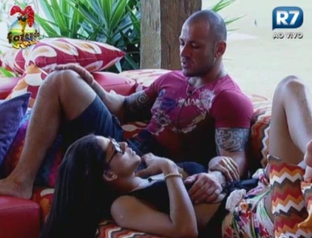 Rodrigo Simões conversa com Nuelle na varanda