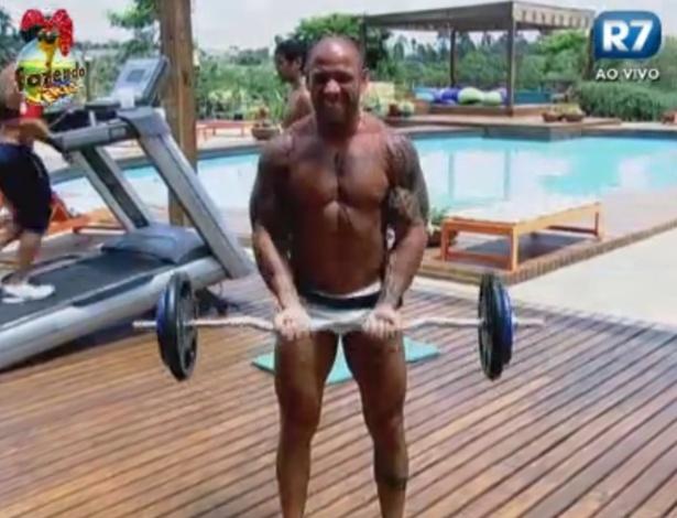 Rodrigo Simões levanta pesos na academia