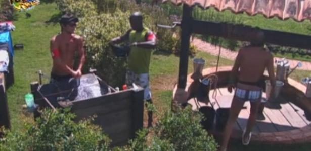 Victor e Raphael lavam roupas no tanque