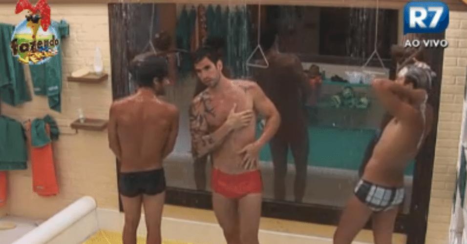 Victor, Thyago e Haysam tomam banho após piscina