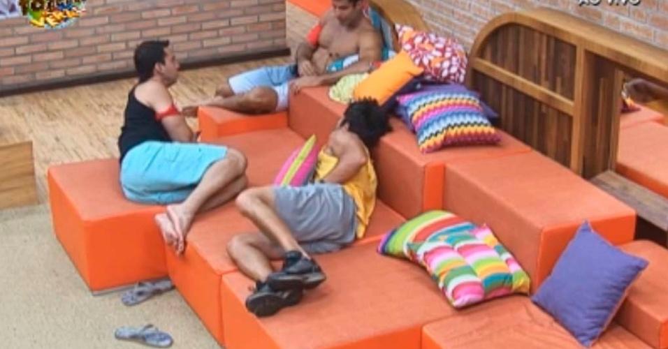 Dan, Rodrigo e Victor conversam na sala