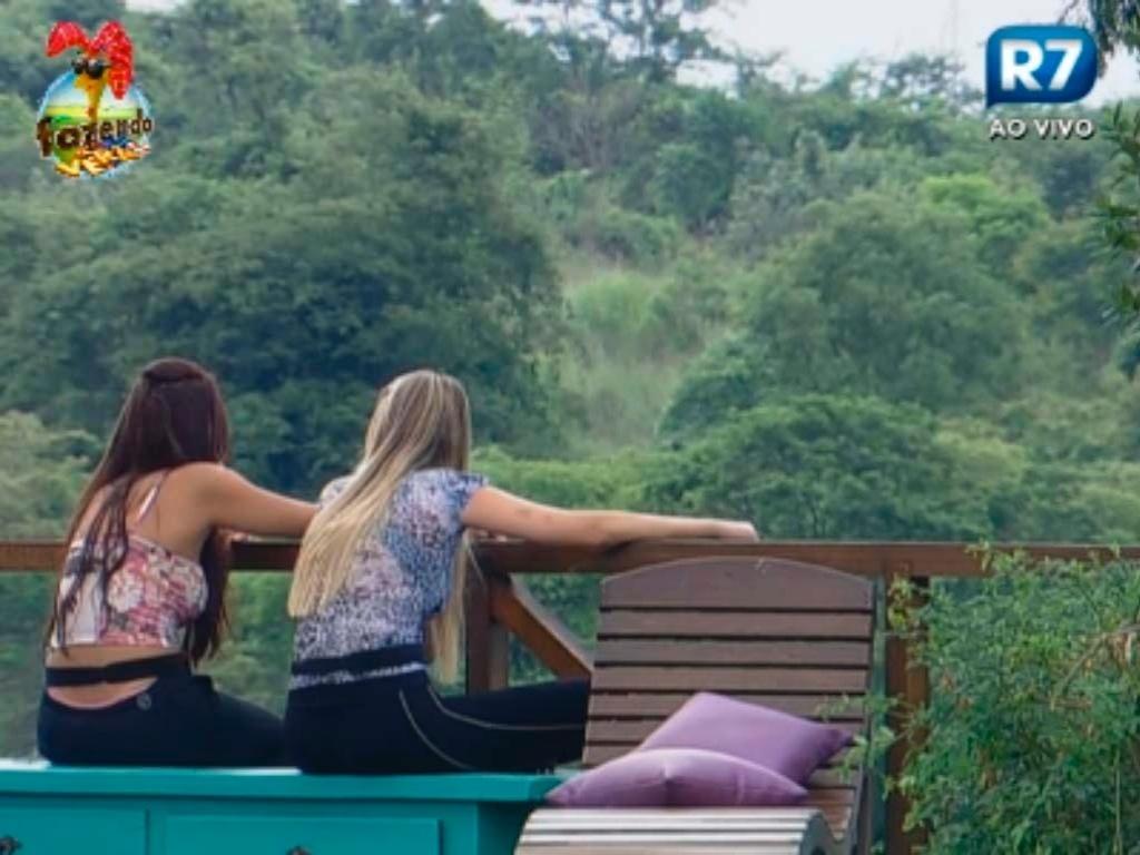 Nuelle e Bianca rezam na área externa da fazenda
