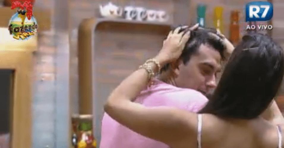 Nuelle faz carinho em Rodrigo Carril e oferece cafuné