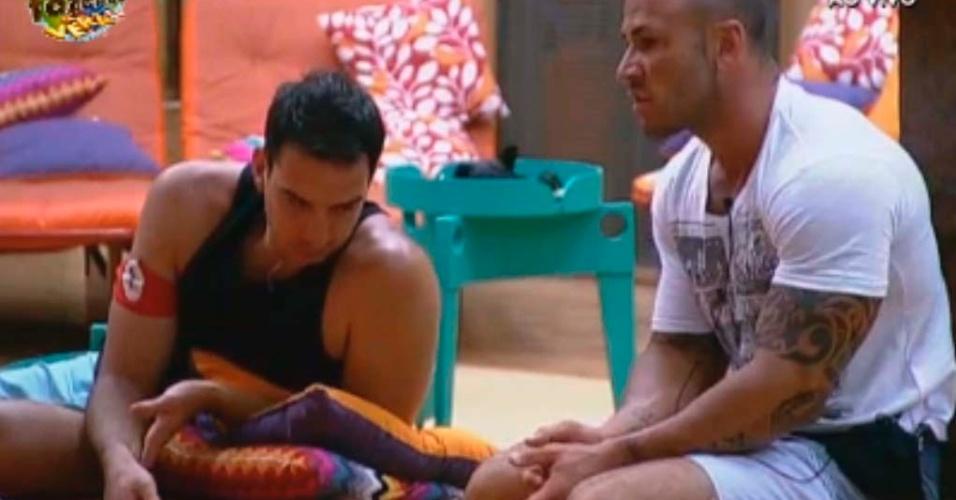 Rodrigo Simões conversa com peões