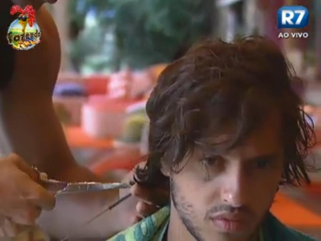 Dan corta o cabelo De Haysam Ali na tarde desta terça-feira (13)