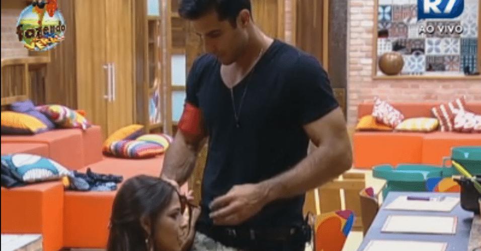 Dan arruma o cabelo de Nuelle na cozinha