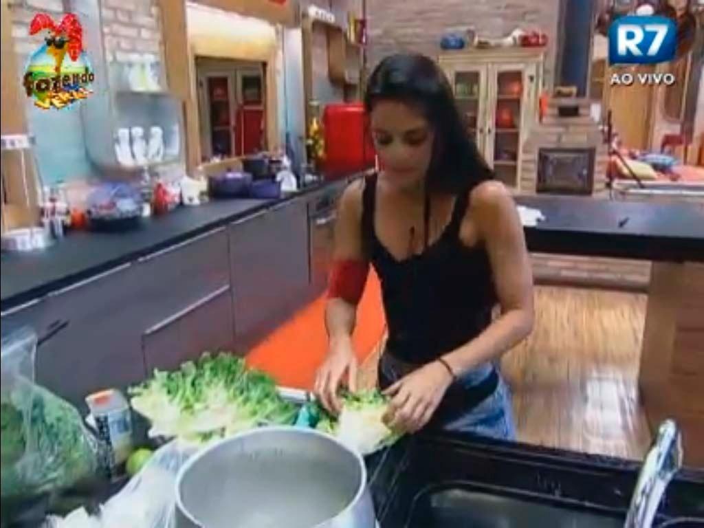 Após muito tempo cozinhando sozinha, Flavia ajuda Ísis