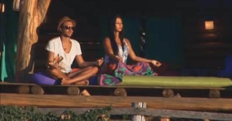 Natalia e Haysam meditam na Casa da Árvore