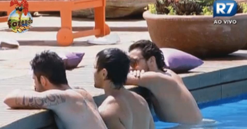 Peões aproveitam a temperatura elevada para se divertirem na piscina