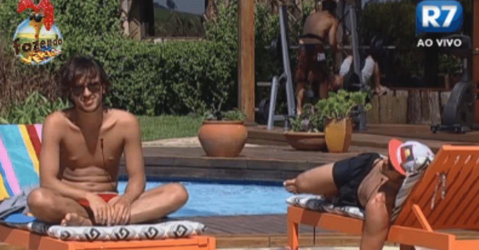 Haysam e Victor conversam na piscina sobre a profissão de DJ e a vida fora da