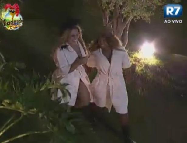 Ísis e Karine andam de roupão e chapéu até o galinheiro