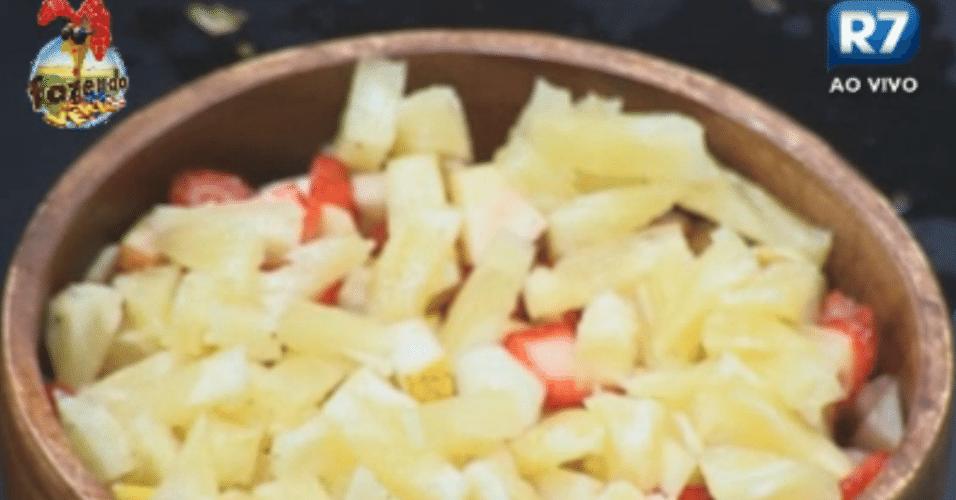 Na cozinha, Dan preparou salada de frutas para os colegas