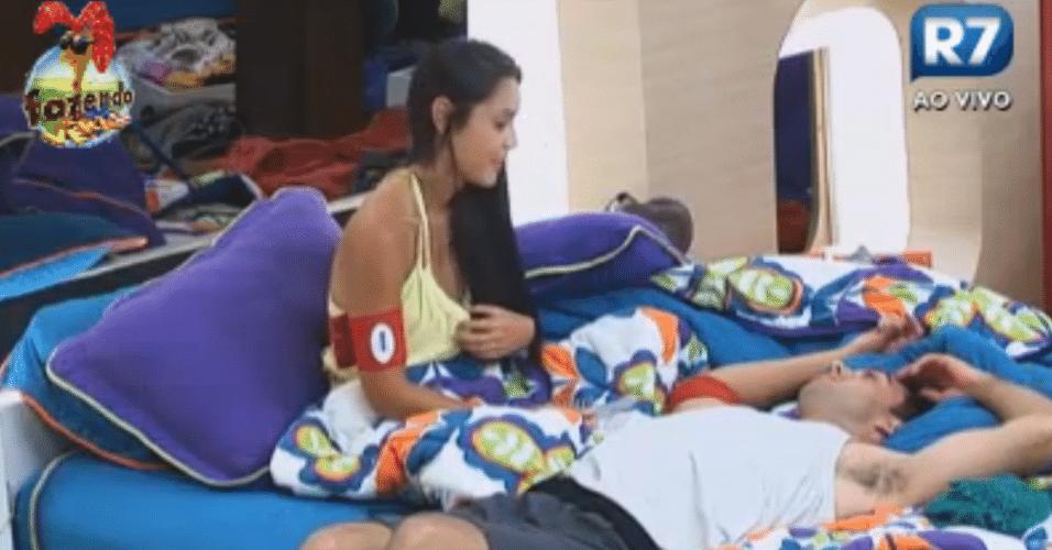 Rodrigo Carril e Flávia conversam sobre sexo na casa
