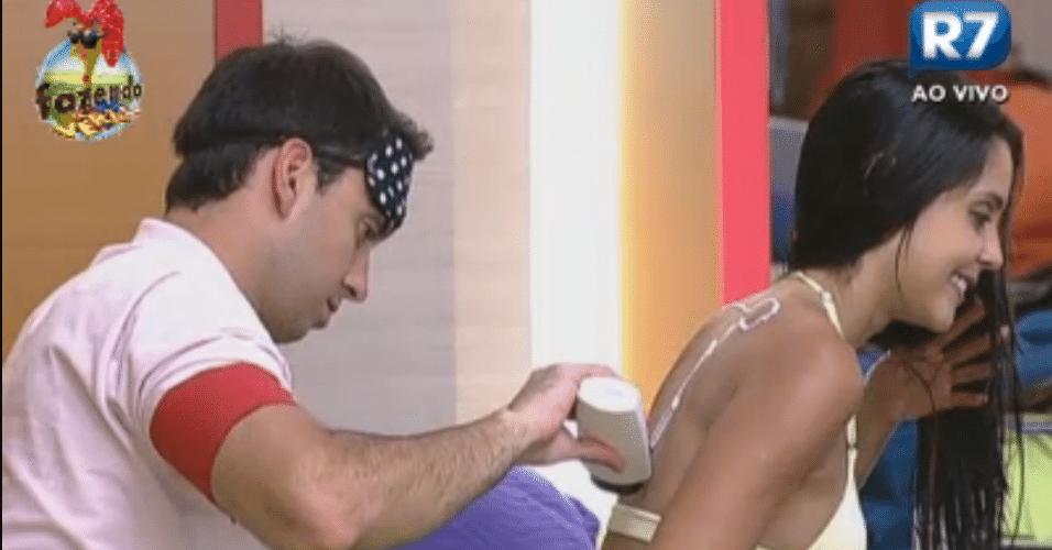Rodrigo Carril passou creme nas costas da amiga Flávia